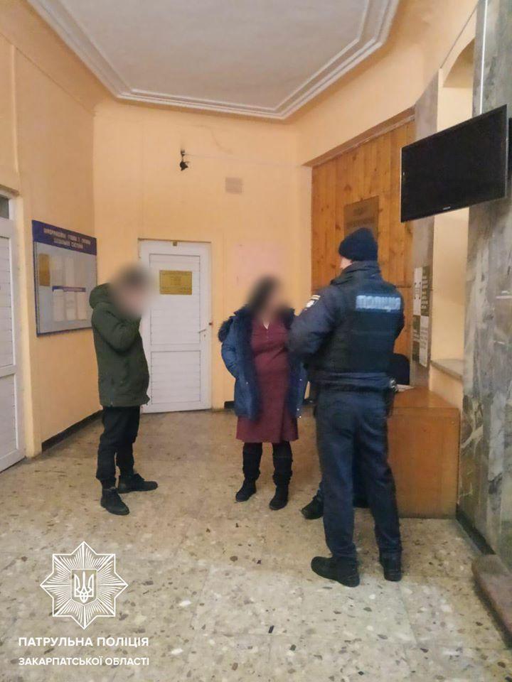 У Мукачеві під час документування правопорушення завдали тілесних ушкоджень двом працівникам патрульної поліції. За даним фактом розпочато досудове розслідування.
