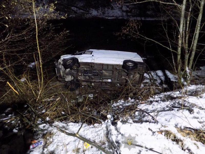 За фактом ДТП, в якому загинув пасажир, слідчі розпочали кримінальне провадження. Водія затримано та поміщено в ізолятор тимчасового тримання.