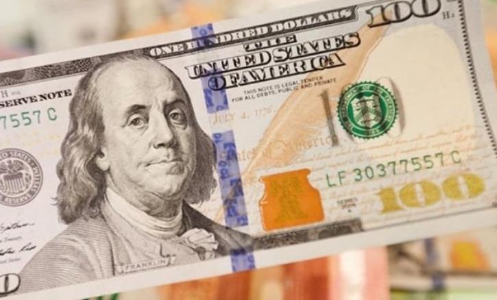 До закриття міжбанку американський долар у купівлі скинув 19 копійок, у продажу — 16 копійок.