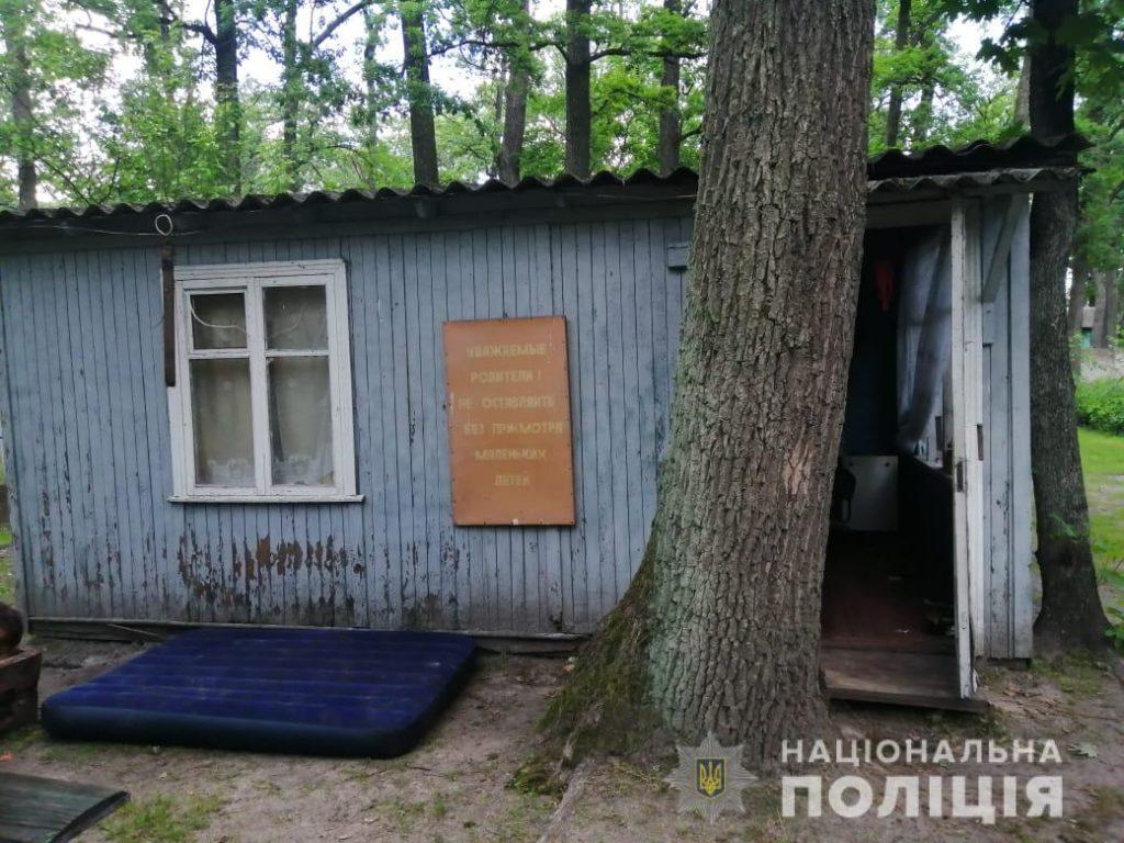 На Київщині двоє закарпатських дітей провалилися до вигрібної ями на території колишньої бази відпочинку. Дівчинка померла.
