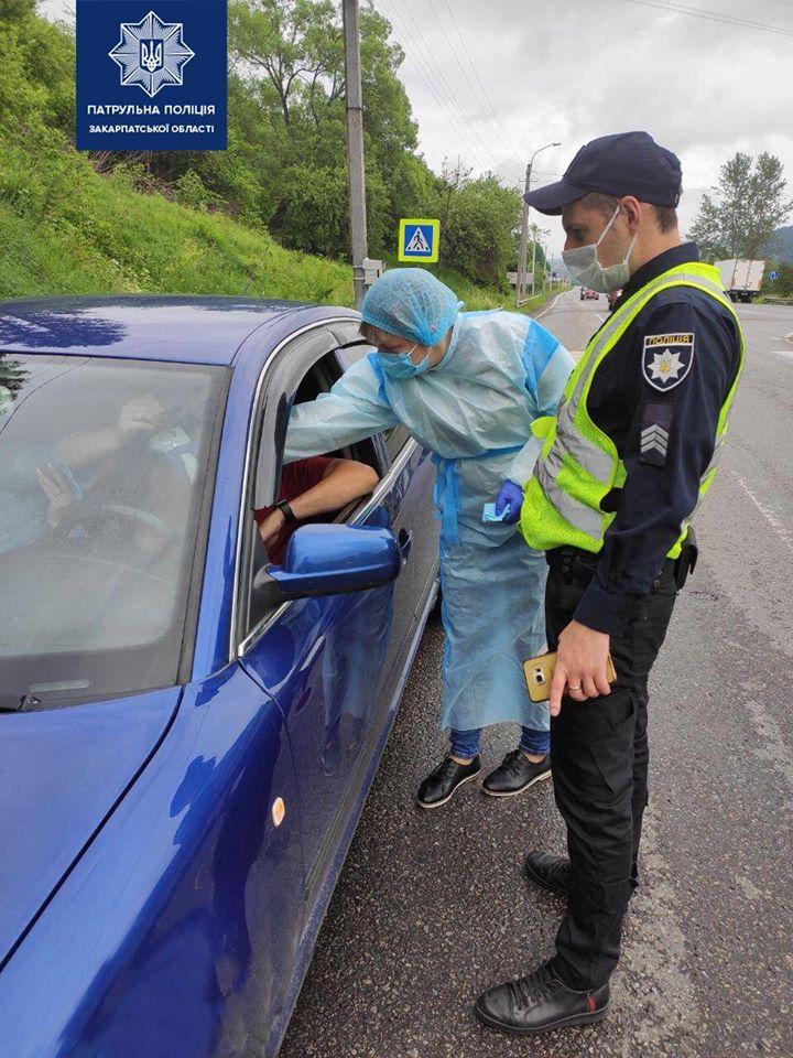 Патрульні спільно з медичними працівниками несуть службу на дорожній станції