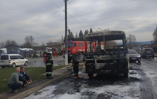 Займання сталося під час руху, вогонь швидко поширився і повністю охопив автобус. Водій отримав опіки.