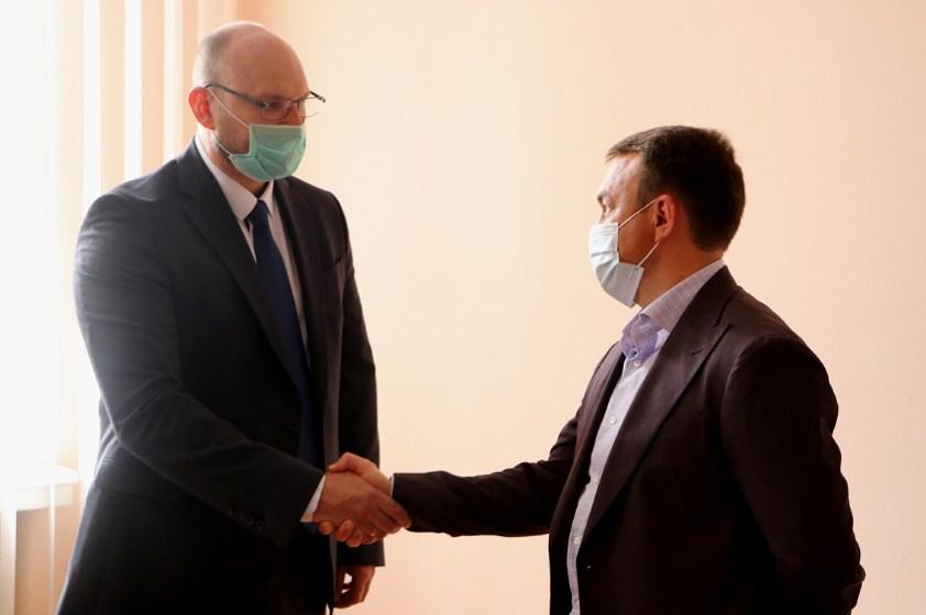 Вчера Алексей Петров представил коллективу департамента экономического развития и торговли ОГА нового директора – Андрея Давыдова.