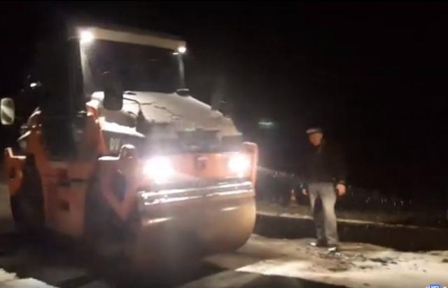 НаЗакарпатті ремонтники асфальтували дорогу під час снігопаду: епічне відео