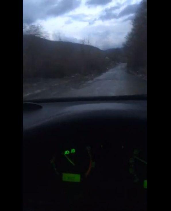 Відео із дорогою у вибоїнах у селі Ганичі, що на Тячівщині, поділились у мережі Фейсбук.