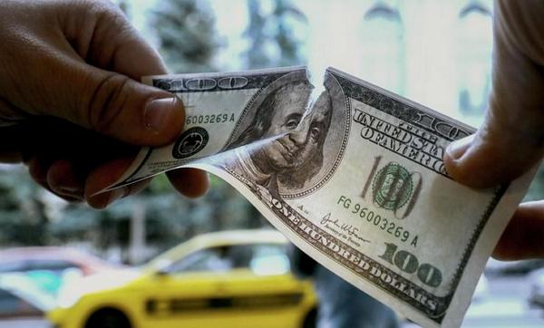 До закриття міжбанку американський долар у купівлі подешевшав на 4 копійки, у продажу — на 6 копійок.