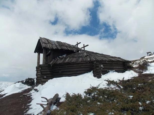У Карпатах на висоті 1600 метрів знайшли старовинну хату. Це так звана колиба – хатина вівчарів.