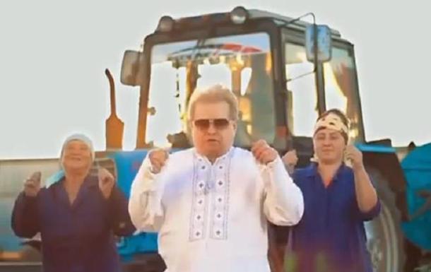 У соцмережі опубліковане відео танцю Поплавського з доярками на фермі, розташованій в його рідному селі.