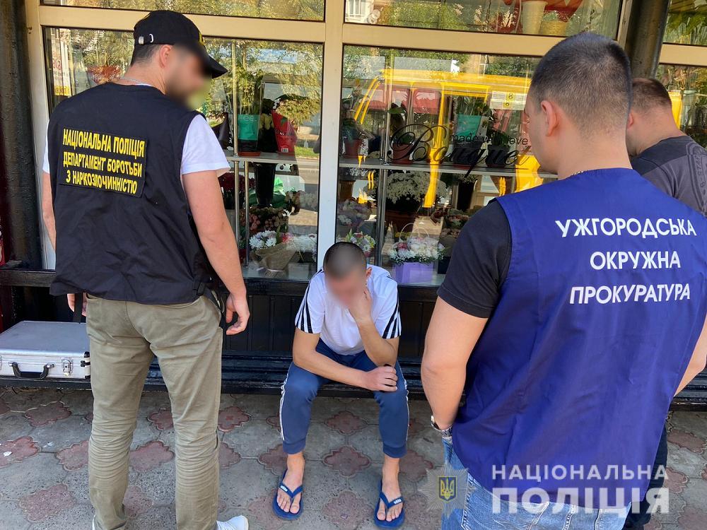 Співробітники поліції Закарпаття затримали під час продажу наркотиків ужгородця, кримінальне провадження за аналогічний злочин щодо якого зараз розглядається у суді.