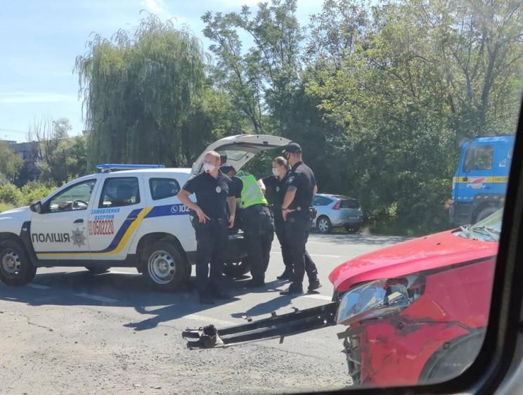 На об'їзній Ужгорода сталася аварія за участі двох транспортний засобів.