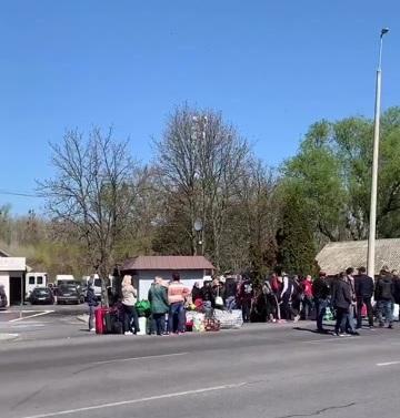 На КПП «Чоп-Загонь» із угорського боку аншлаг. Українці масово повертаються додому із Європи на Великдень.