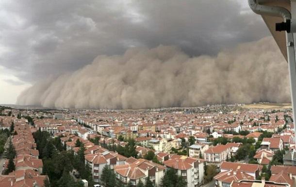 Метеорологи попередили жителів Анкари про ймовірність повені через ураган, а місто неподалік Анкари накрила піщана буря.