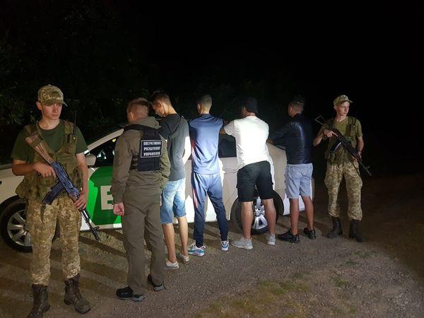 Поблизу села Кам'яниця зупинили автомобіль таксі, яким керував 20-річний закарпатець, а пасажирами виявилися троє іноземців.