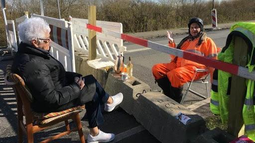 Кохання на карантині: 85-річна датчанка Інга Расмуссен та 89-річний німець Карстен Тюксен попри обмеження щодня зустрічаються на кордоні.