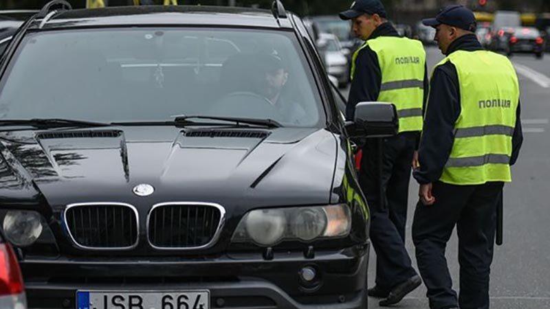 Власникамавтомобілів на європейській реєстрації пообіцяли не штрафувати їх за нерозмитнену машину.