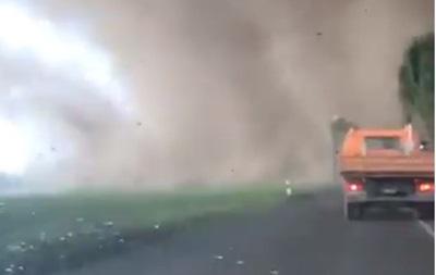 Шокуючі кадри: в Німеччині торнадо зруйнував десятки будинків (ВІДЕО)