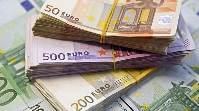 Єврокомісія має намір внести пропозицію про заборону готівкових розрахунків на суму у понад 10 тисяч євро в рамках боротьби з відмиванням коштів, отриманих злочинним шляхом.