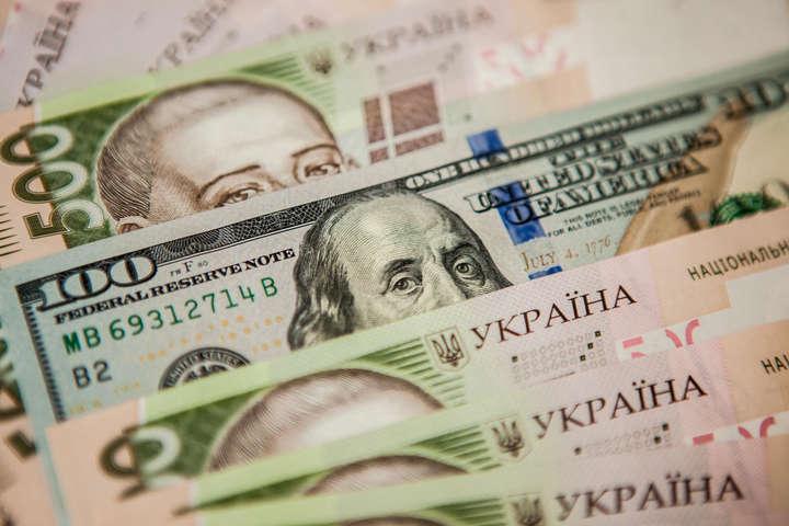 Курс долара на міжбанку знизився на шість копійок - до 27,19 грн/дол, курс у купівлі впав на п'ять копійок - до 27,17 грн/дол.