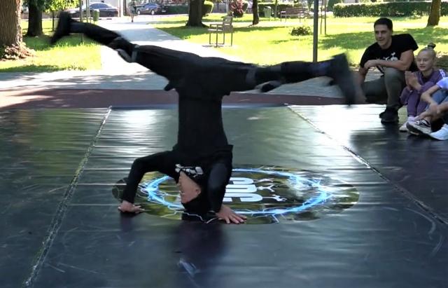 Під звуки хіп-хопу на майданчику для брейк-денсерів в парку Кузьменка молодь влаштовує вуличні танці просто неба.