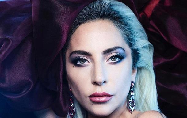 Співачка знялася в домашньому відвертому вбранні з рожевим волоссям і легким макіяжем. Гага відображена в білому спортивному топі з відвертим вирізом.