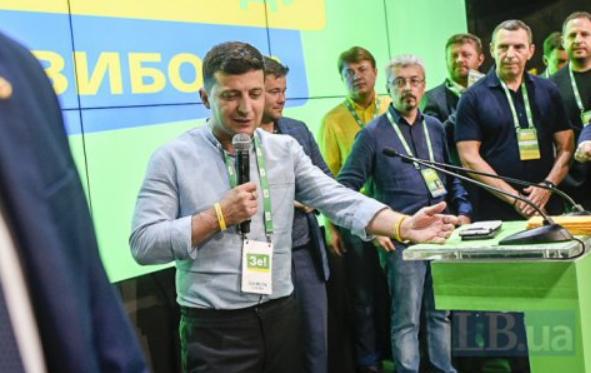 Президент України Зеленський під час своєї промови у штабі партії «Слуга народу» о 20:00 (після того як були оголошені результати екзитполів) непрямо дав знати про наміри провести місцеві вибори.