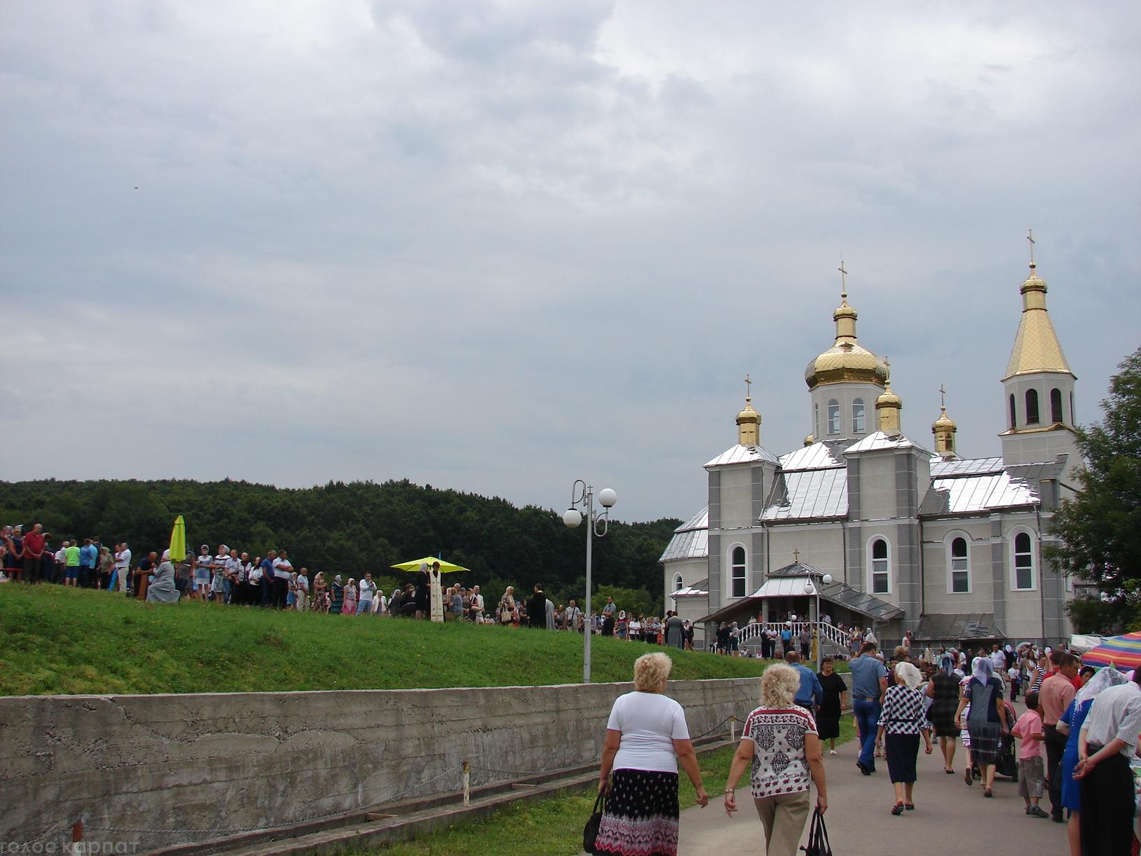 На відпуст до Боронявського монастиря на Хустщині зібралися тисячі паломників (фото)