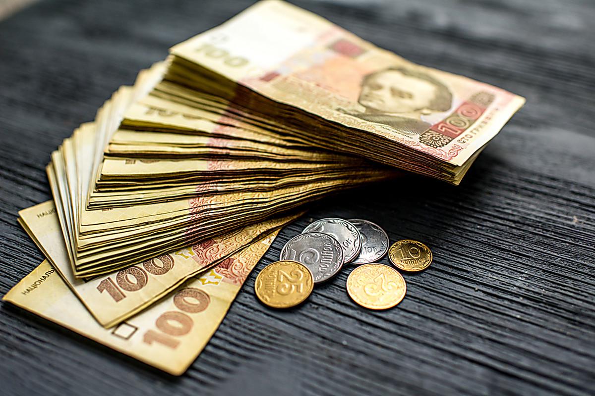 Курс долара на міжбанку в продажу знизився на чотири копійки - до 26,15 грн / долар, курс у покупці впав також на чотири копійки - до 26,12 грн / долар.