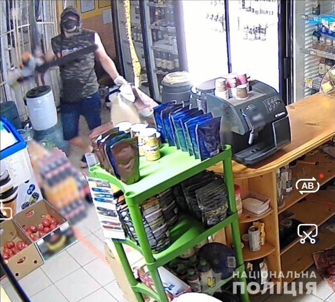 Співробітники Берегівського районного відділу поліції спільно з оперативниками ГУНП швидко розшукали чоловіка, який проник в місцевий магазин, спробував винести товари, та побив власників.