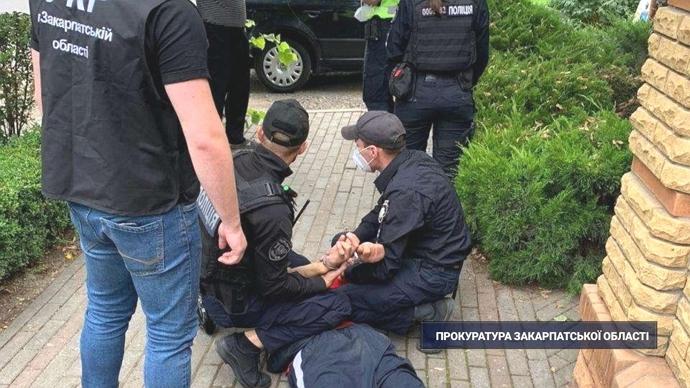 Прокурором Ужгородской местной прокуратуры согласовано подозрении 39-летнему жителю с.Шишловці в разбойном нападении с целью завладения чужим имуществом (ч.1 ст.187 УКУ).