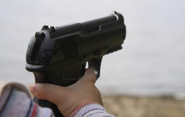 Дитину залишили одну в машині. Дівчинка відкрила бардачок, дістала травматичний пістолет і вистрілила собі в голову.