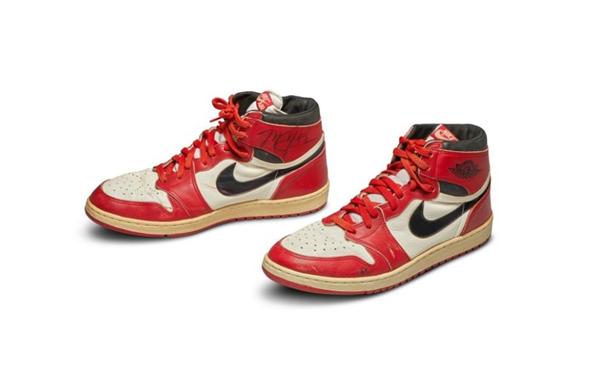 Кросівки, виставлені на аукціон, були спеціально виготовлені компанією Nike для баскетболіста у 1985 році.