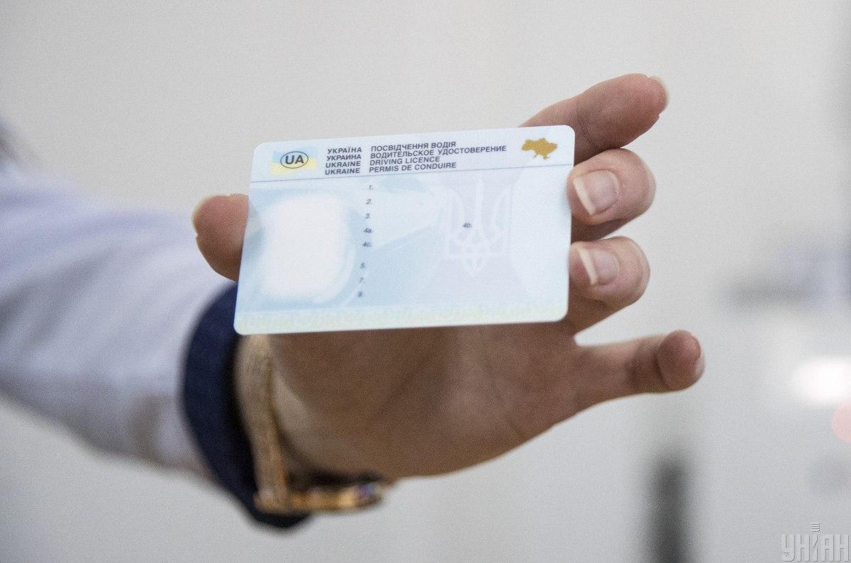 В Україні найближчими днями не видаватимуть водійські права, а також документи про реєстрацію транспорту.