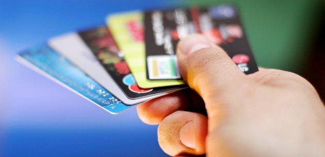 Відтепер українці зможуть оформити картку не тільки у банку, а наприклад у ломбарді, у торгових мережах та навіть на пошті.