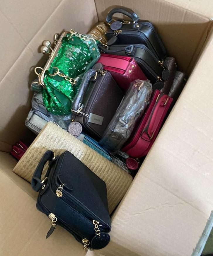 Водій вирішив, що митники не вивантажуватимуть увесь товар і не помітять на 15 коробок більше з новенькими одягом, сумками та гаманцями.