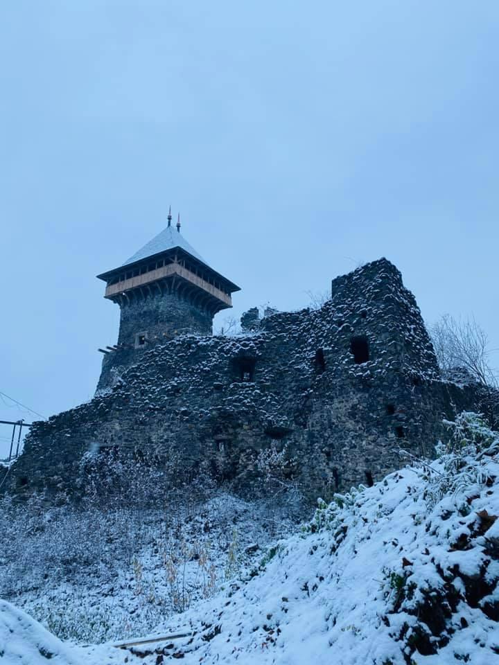 На руїнах замку нещодавно встановили дах на донжоні.
