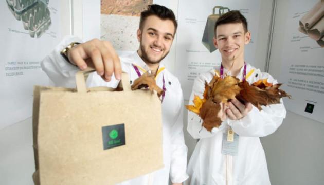 """Ідею молодого новатора – виготовляти папір із нетрадиційної сировини – вже """"обкатують"""" на виробництві."""