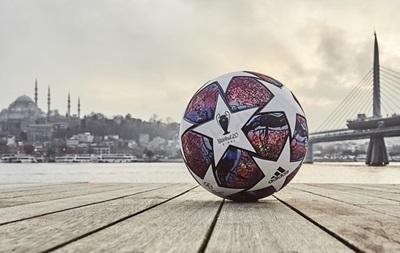 На м'ячі масштабовано карту Стамбула.