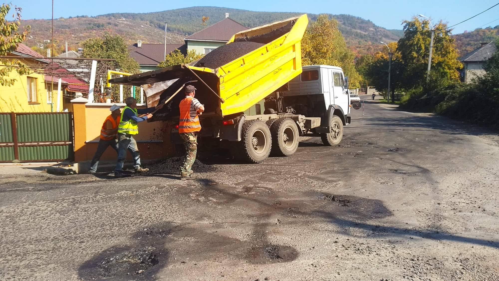 Місто долучилося до ремонту вулиці Персикової у Виноградові