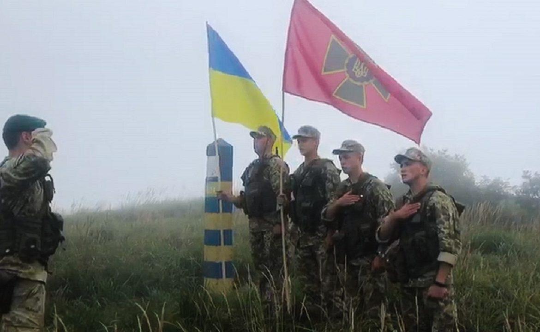 З вершини гори прикордонники також привітали колег з державними святами.