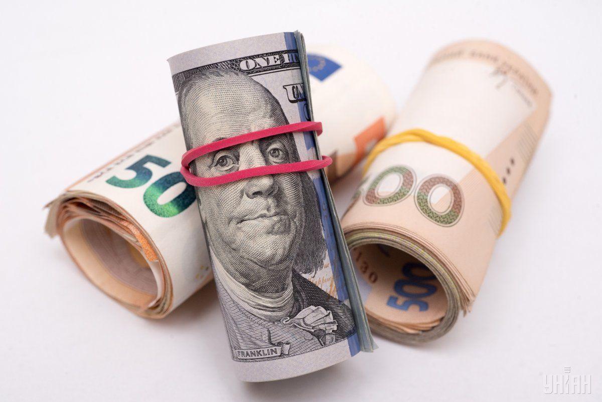 Курс долара знизився до 27,89 гривні, а курс євро - до 33,45 гривні.