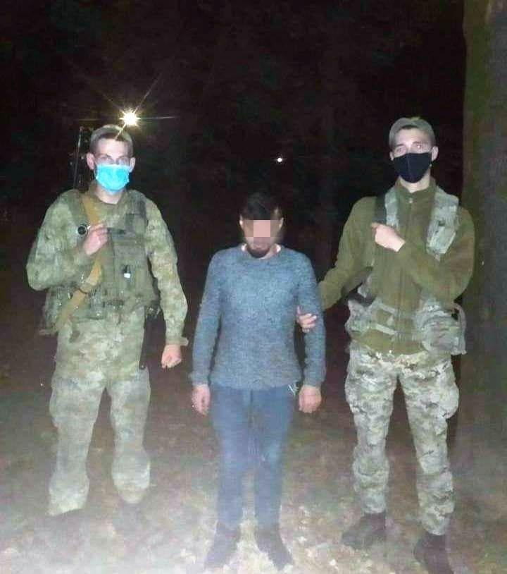 Учора ввечері прикордонники Чопського загону затримали іноземця, який намагався незаконно потрапити з України у Словаччину.