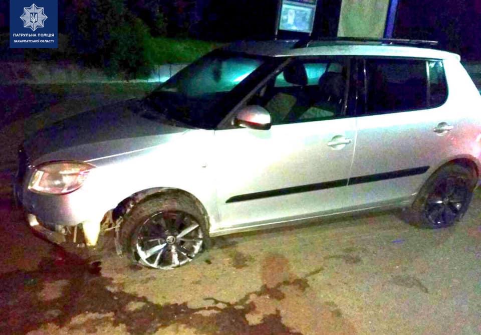 Ужгородські патрульні виявили нетверезу водійку автівки, яка зіткнулася із бетонним блоком.