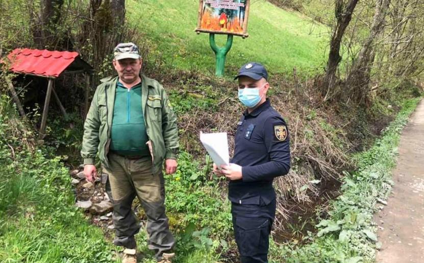 Рятувальники спільно з представниками місцевої влади, лісниками здійснюють перевірки населених пунктів, що межують з лісовими масивами на предмет належного протипожежного захисту.