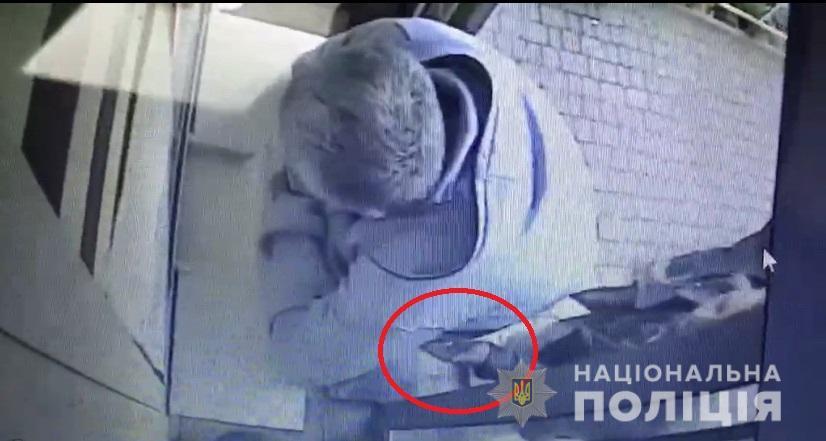 Слідчі Ужгородського відділу поліції повідомили про підозру у скоєнні крадіжок та грабежів мешканцю обласного центру. Наразі правопорушнику обрано запобіжний захід - тримання під вартою.
