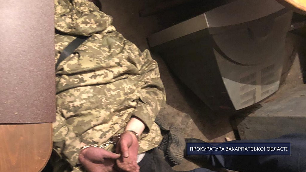 За погодження прокурора Тячівської місцевої прокуратури слідчими поліції повідомлено про підозру 38-річному місцевому мешканцю, якого затримали за збут метамфетаміну (ч.ч.1,2 ст.307 КК України).