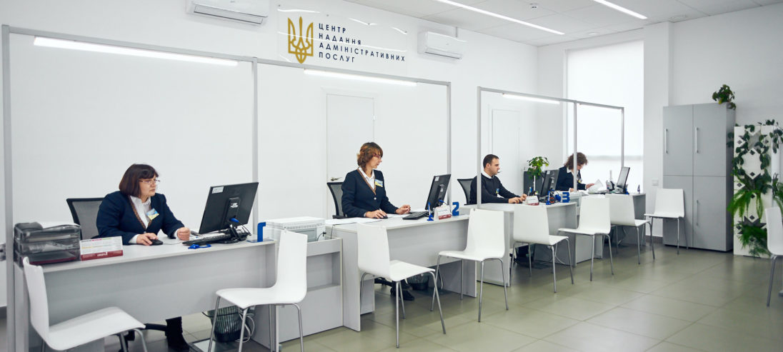 Саме Центри надання адмінпослуг мають задовольнити більшість потреб людей на отримання довідок та інших дозвільних документів. Коли вони запрацюють - на прикладі Виноградівського району.