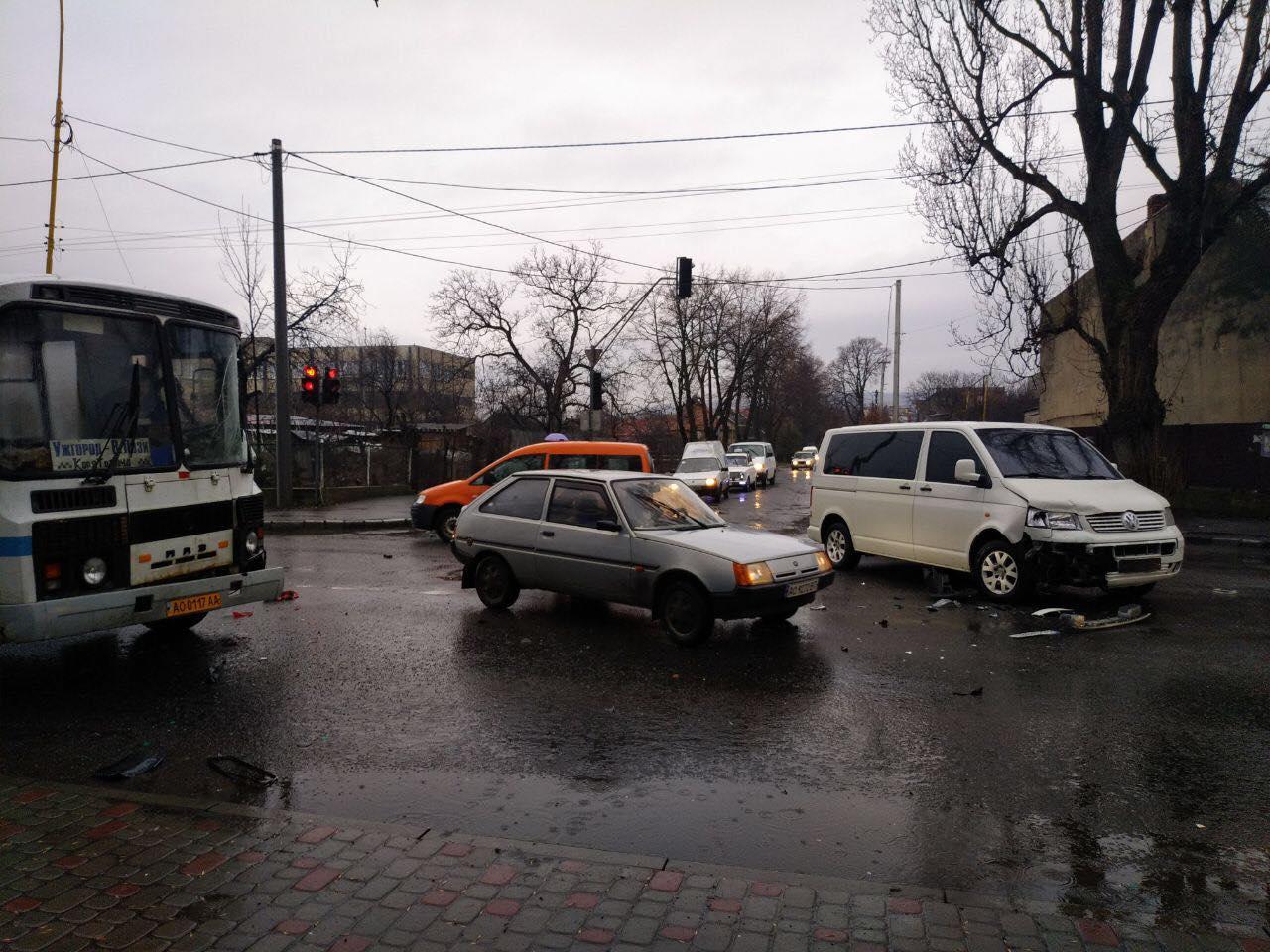 Зранку в Ужгороді по вулиці Гагаріна сталася ДТП за участі трьох транспортних засобів.