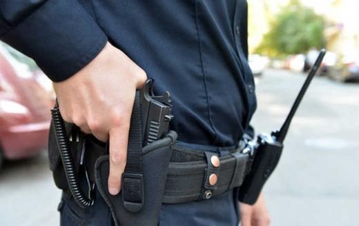 За фактом вогнепального поранення поліцейського розпочато службову перевірку.