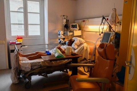 Обов'язковому лікуванню у стаціонарі підлягають пацієнти з груп ризику.