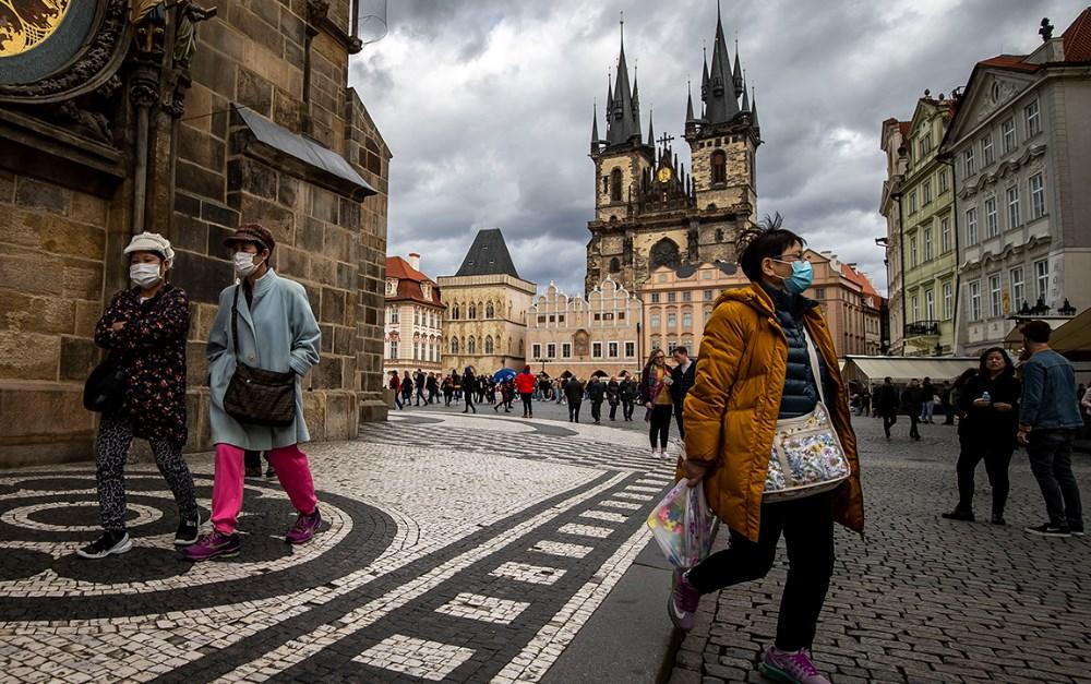 У рамках заходів щодо стримування розповсюдження нового коронавірусу уряд Чехії заявив, що у суботу закриває більшість магазинів та ресторанів на 10 днів.